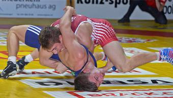 Sinnbildliche Kampfszene für die Freiämter Ringer: Michael Bucher (unten) geriet in der Schlussphase des 74-kg-Freistilduelles gegen Tobias Portmann nach einem zu riskanten Angriff in eine bedrohliche Lage. WR