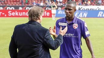 FC Zuerich Präsident Ancillo Canepa, links, beim Handshake mit FC Zuerich Mittelfeldspieler Gilles Yapi.