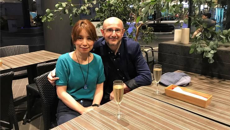 Rolf Wietlisbach-Kobayashi mit seiner Frau Sako im spanischen Restaurant.