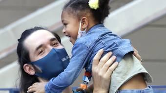 Dank der erfolgreichen Mama im Mittelpunkt: die dreijährige Alexis junior, Tochter von Serena Williams, schaut mit ihrem Vater Alexis Ohanian zu