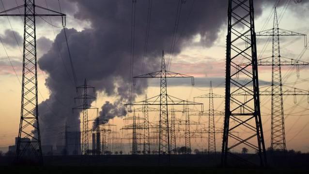 Kohlekraftwerk und Strommasten in Deutschland (Archiv).