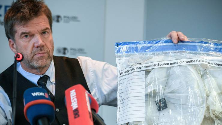 Kriminalhauptkommissar Gerd Hoppmann präsentiert am Donnerstag in Krefeld vor den Medien eine sogenannte Himmelslaterne. Eine solche hatte nach Einschätzung der Polizei den Brand im Krefelder Zoo ausgelöst.