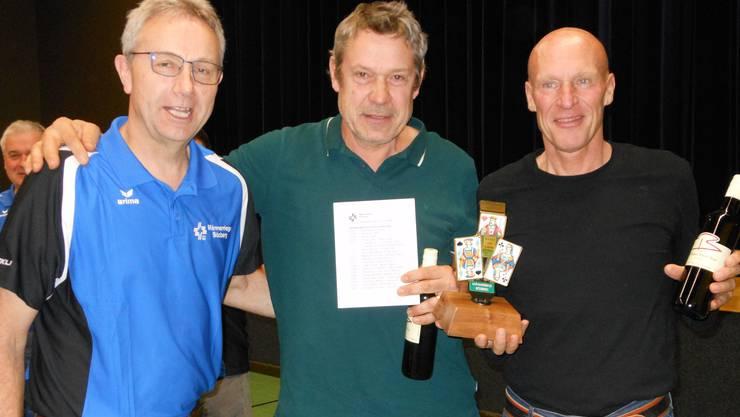 Das Siegerteam Christoph Buholzer/Roman Spiess bei der Pokalübergabe durch Daniel von Niederhäusern