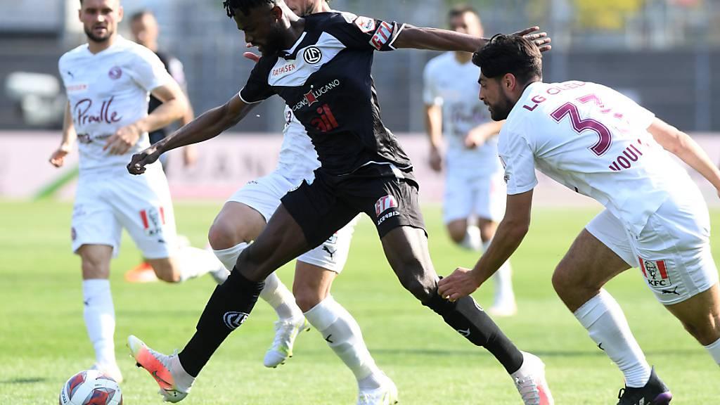 Luganos Asumah Abubakar (vorne) gegen die Servettiens Miroslav Stevanovic und Nicolas Vouilloz