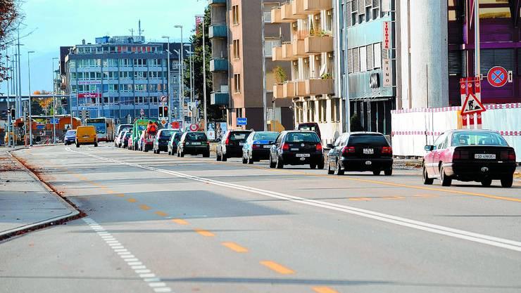 Kolonnenbildung: Auf der Luzernstrasse nerven sich die Autofahrer über die langen Wartezeiten vor dem Bahnhofplatz. Während der Platzsperre war die Durchfahrt problemlos. (Bild: Urs Lindt)