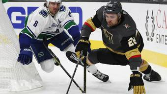 Vancouvers Verteidiger Christopher Tanev (links) im Zweikampf mit William Carrier von den Vegas Golden Knights