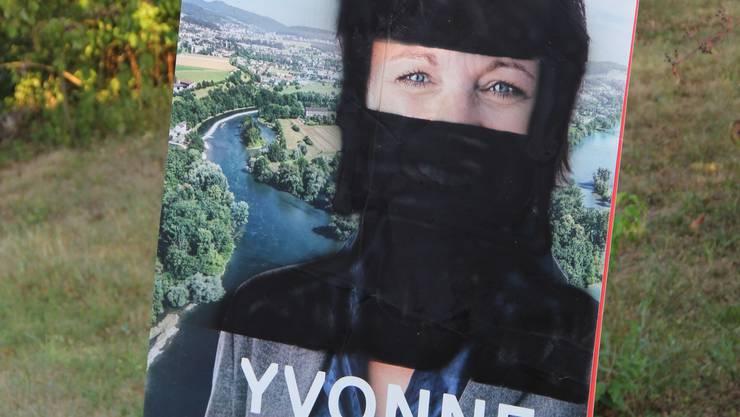 Regierungsratskandidatin Yvonne Feri mit Niqab auf dem Wahlplakat, steht an der Hauptstrasse in Effingen.