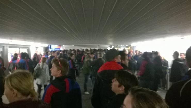 Die Basler Fans singen lautstark in der Aarauer Bahnhof-Unterführung.