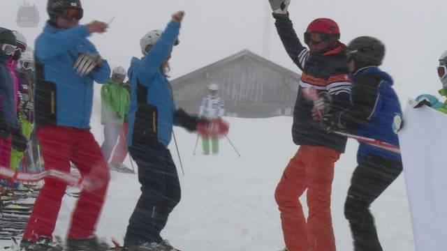 Promis vergnügen sich auf Skiern