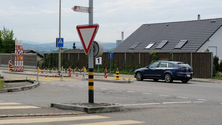 Hier befindet sich das Herzstück des Projekts Limmattalstrasse in Oetwil: Diese Kreuzung soll zu einem Kreisel werden. Die Abschrankungen linker Hand sind für ein anderes Teilprojekt – es soll noch in diesem Jahr fertig gebaut sein.