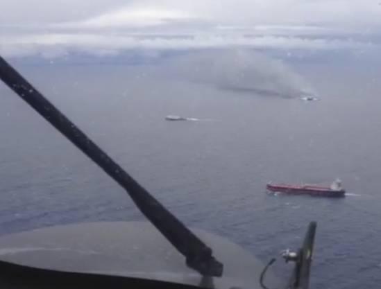 Bilder von der brennenen Fähre, aufgenommen von der italienischen Luftwaffe.