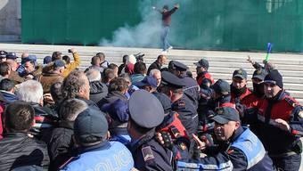 Die Polizei in Tirana ging mit Wasserwerfern und Tränengas gegen Demonstranten vor.