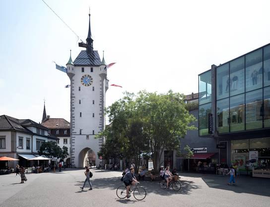 Aus einer tristen Betonwüste und einem wenig attraktiven Transitraum ist ein lebendiger Platz geworden, der als Drehscheibe zwischen Bahnhofquartier und Altstadt funktioniert.