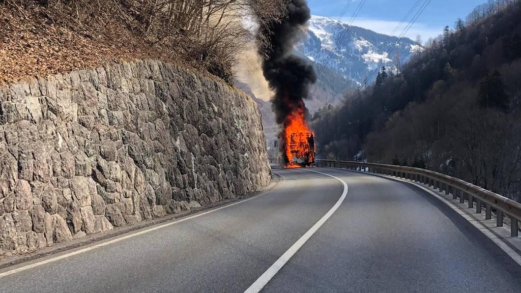 Der Car ist innert kurzer Zeit in Brand geraten.