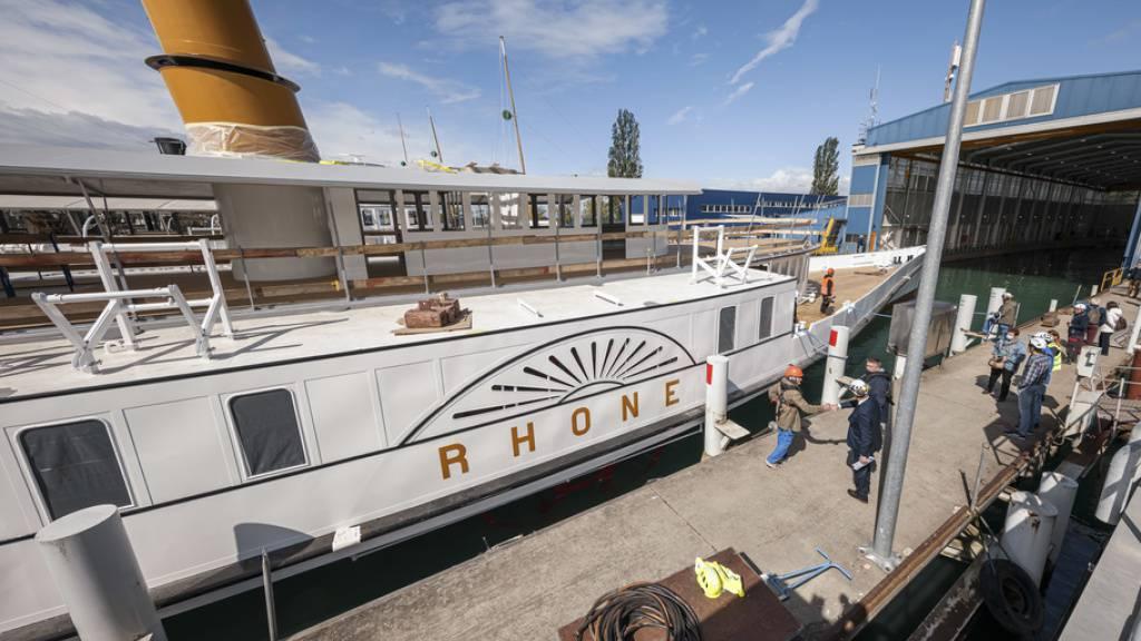 Nach zweijähriger Restaurierung: Der Genfersee-Dampfer «Rhône» verlässt das Dock in Lausanne.