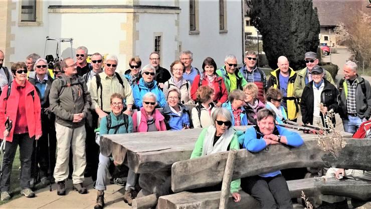 """Die Wandergruppe posiert vor der Kirche Hochwalds nach dem Kaffeehalt im """"Café La Tazzina"""""""