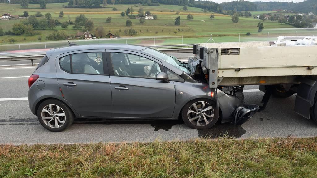 Alkoholisierter Lenker fährt in Laster – zwei Verletzte, Fahrausweis weg