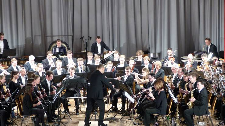 Die 65 Musikerinnen und Musiker des «ad hoc blasorchesters nordwestschweiz» ernteten begeisterten Applaus im Bahnhofsaal Rheinfelden.Ingrid Arndt
