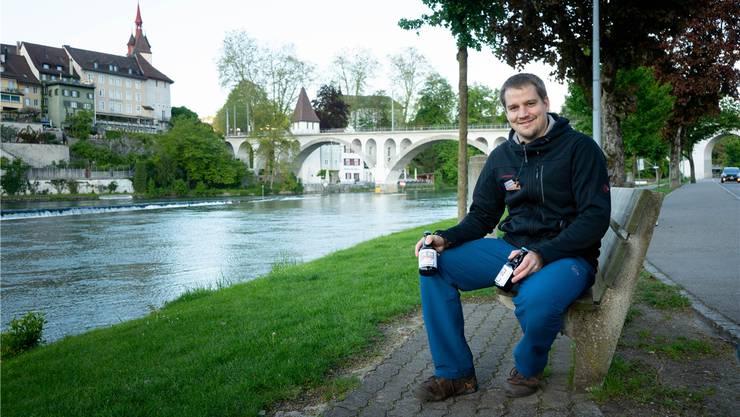 Raphael Jutzeler lädt morgen zur Bierdegustation in den Reussbrückesaal. Im Hintergrund die Eisenbahnbrücke, die dieses Jahr das Bierglas ziert. Dominic Kobelt