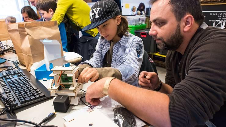 Im Workshop von Infant Intelligence wurden aus Karton, mit Raspberry Pi und öffentlich verfügbaren Diensten im Internet in zwei Stunden einen simplen Roboter zusammengebaut , der auf Sprache reagiert und Fragen beantworten kann.