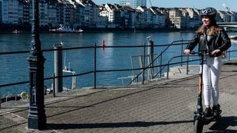 Der Anbieter Flash hat in Basel neue E-Scooter ausgerollt, die über Stossdämpfer und Handyhalter verfügen.