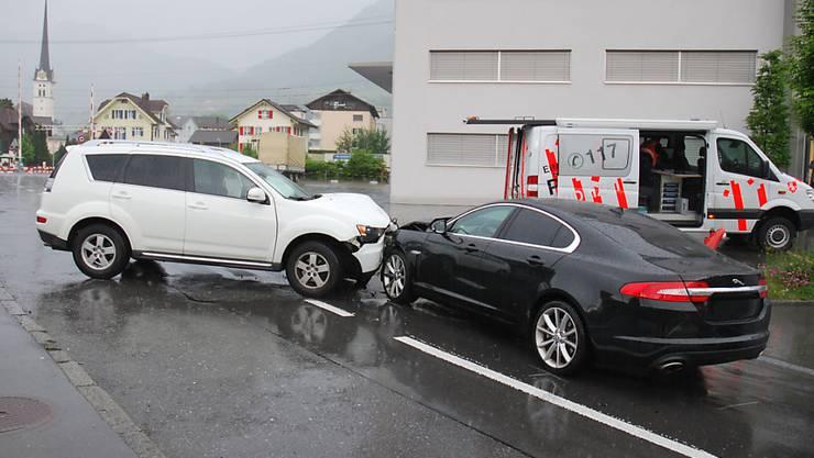 Das Resultat von Unachtsamkeit im Strassenverkehr: Am Samstag knallte es in Alpnach zwischen zwei Autos. Es waren nicht die einzigen Unfälle im Kanton Obwalden am Freitag und Samstag.