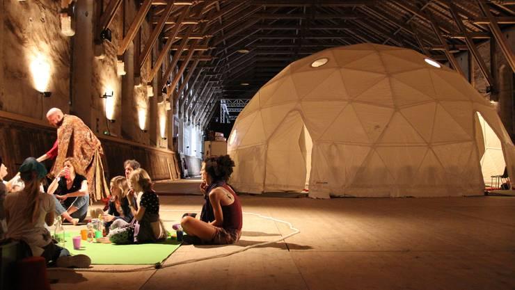 Ausserhalb des Zelts können die Kinder im Garten von Madurers Vater sitzen und das Gesehene besprechen.