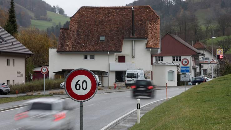 Die neue Signalisation mit Einlaufstrecke auf der Hauptstrasse in Holderbank soll helfen, die Geschwindigkeitsüberschreitungen in den Griff zu kriegen.