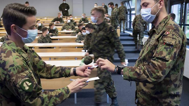 Armeeangehörige testen die Corona-Warn-App DP-3T. Der Ständerat fordert gesetzliche Grundlagen für die App und Mitsprache für das Parlament. (Archivbild)