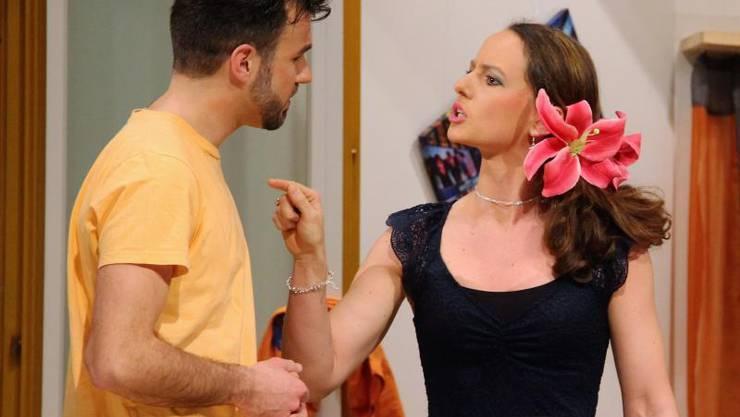 Maxi (Sandro Hug) will bald Agatha (Béatrice Steigmeier) heiraten. Dann aber taucht Opa Archie auf.