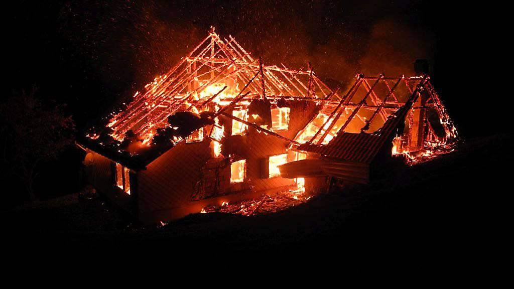 In Siebnen SZ ist ein leerstehendes Wohnhaus abgebrannt.