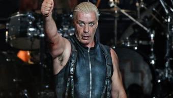 Gewonnen: Rammstein - hier Frontmann Till Lindemann - wurden vom Vorwurf der Jugendgefährdung freigesprochen. Alles nur Show, befand ein Gericht. (Archivbild)
