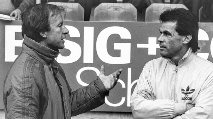 Helmut Benthaus, links, Trainer beim FC Basel, im Gespräch mit dem FC Aarau Trainer Ottmar Hitzfeld, rechts, aufgenommen am 26. April 1986.