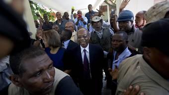 Haitis Ex-Präsident Jean-Bertrand Aristide erscheint zu einer Zeugenaussage vor Gericht: Sein Konvoi war nach dem Termin in Port-au-Prince beschossen worden.