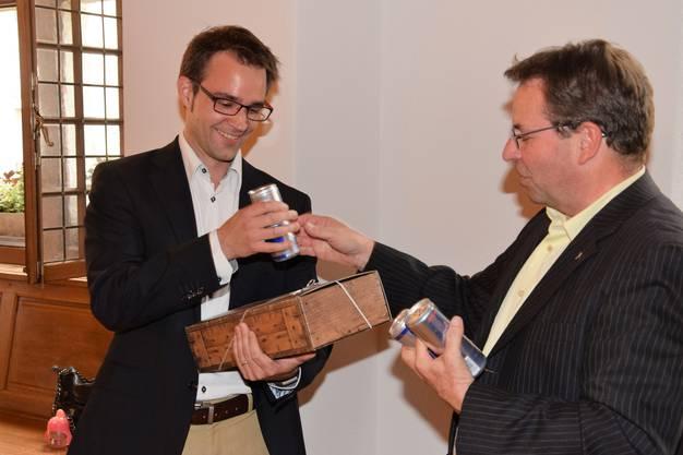 Wein und Energy-Drink für den zweiten Wahlgang; Titus Meier (links) nimmt die Glückwünsche von Parteikollege Willi Wengi entgegen.