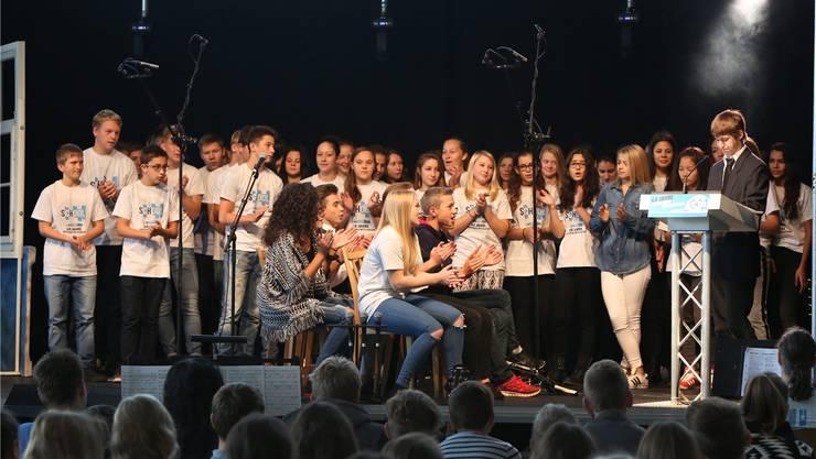 Höhepunkt waren die drei Aufführungen des Singspiels School – am Ende der Schulzeit entlässt der Schulleiter die Jugendlichen in die Erwachsenenwelt. Bilder: HR. Aeschbacher