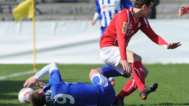 Der Grenchner Nihad Mujic (L) im Kampf um den Ball gegen den Wangener Dashnor Hoti (R) waehrend dem Fussballspiel der 1