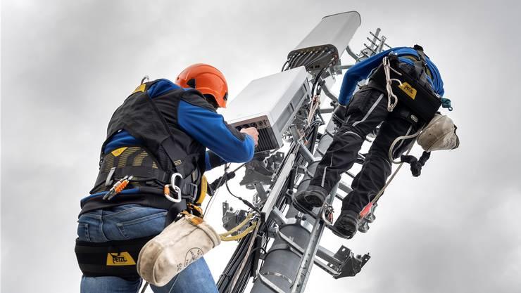 Arbeiter bei der Montage einer 5G-Antenne bei Genf.MARTIAL TREZZIN/Keystone