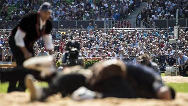 Das Publikum verfolgt gespannt das Geschehen im Sägemehl. Foto: Keystone