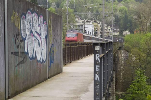 Die Eisenbahnbrücke ist Teil der SBB Linie von Brugg nach Zürich