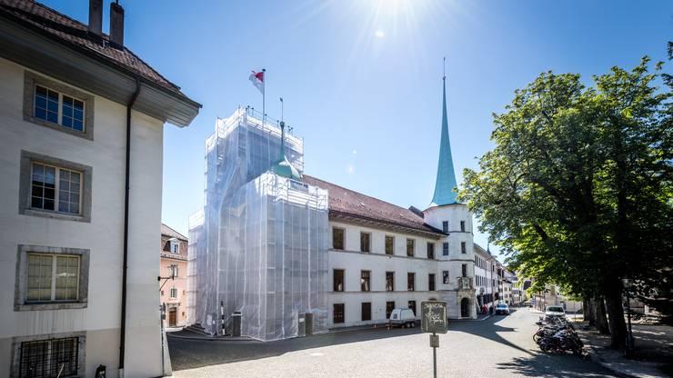 Kunstvoll verhüllt: Die Natursteinfassade dahinter wird derzeit von Fachleuten gereinigt und renoviert.