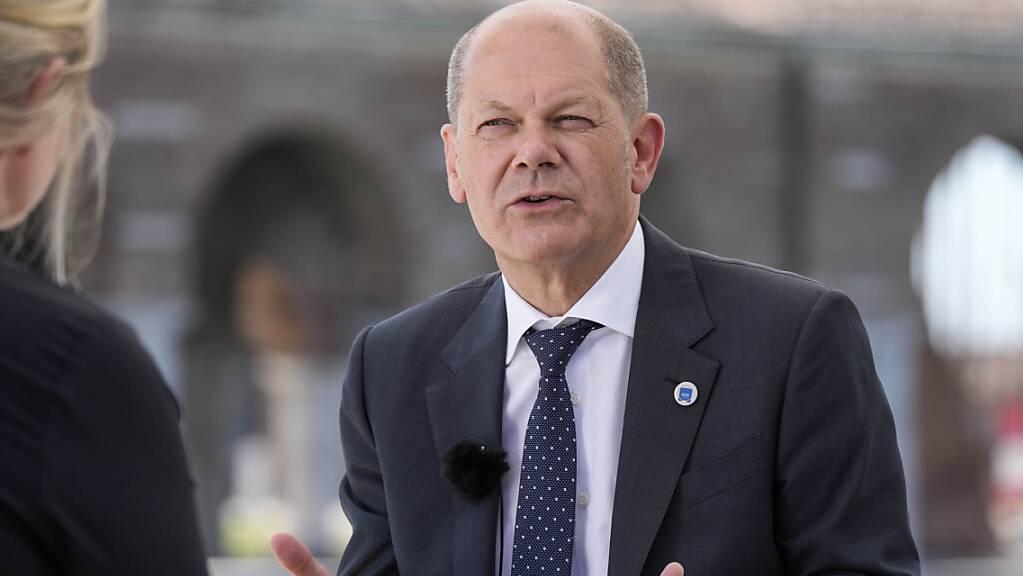 Der deutsche Bundesfinanzminister und SPD-Kanzlerkandidat Olaf Scholz während eines Interviews mit einem Fernsehsender im Rahmen des G20-Gipfels der Wirtschafts- und Finanzminister. Foto: Luca Bruno/AP/dpa