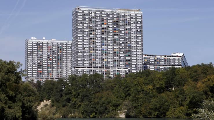 In der Genfer Siedlung Lignon leben etwa 6000 Menschen. Am Dienstag musste die Feuerwehrwehr wegen eines Brandes in einer Wohnung im 10. Stock eines 26-stöckigen Gebäudes ausrücken. (Archivbild)