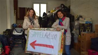 Sandra Eisenring (links) und Helferin Bettina Nyffeler stehen vor Spendenbergen, die sich angehäuft haben. N. Güdemann