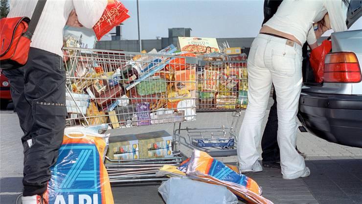Grosseinkauf in Deutschland: Wer für weniger als 175 Euro einkauft, soll keine Mehrwertsteuer zurückerstattet bekommen, so der Vorschlag. Symbolfoto: Keystone