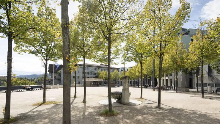 Der Theaterplatz: Wo einst Autos parkierten, flanieren heute Menschen über den Theaterplatz und geniessen die Aussicht über die Limmat.