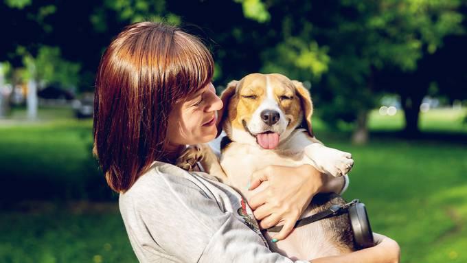 Frau mit Hund (Unsplash)