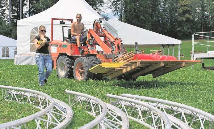 Landwirtschaftsfahrzeuge eignen sich auch zum Transport von Kleinmaterial für die Bar