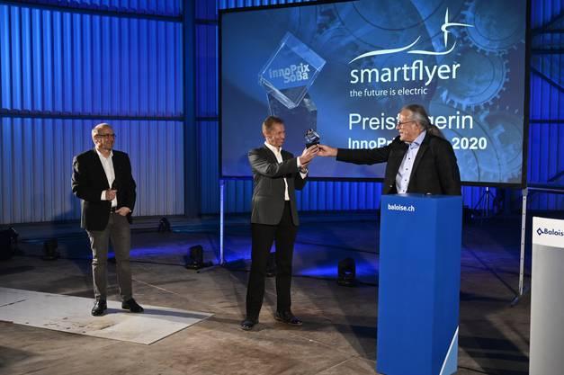 Stiftungspräsident Jürg Liechti übergibt den Preis Rolf Stuber, CEO und Head of Design, links Chefingenieur Philipp Glocker.
