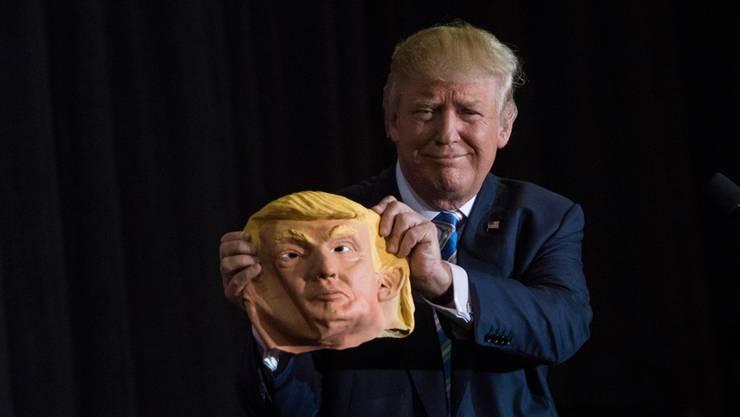 Reisst sich Trump jetzt die Maske vom Gesicht? Offenbar. Und zum Vorschein kommt: Eine sanftere Version des Donald.